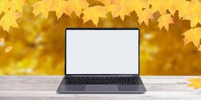 mock-up notitieboekje op herfstachtergrond met oranje esdoornbladeren foto