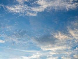 hemel en wolken bij zonsondergang. foto