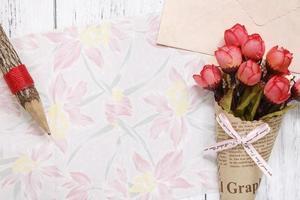 bloemenpapier met potlood en bloemen foto
