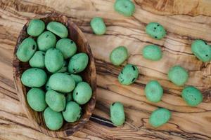 pittige wasabi noten op olijfhout foto