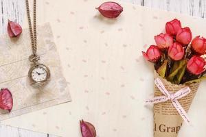 bloemenpapier met horloge en bloemen foto