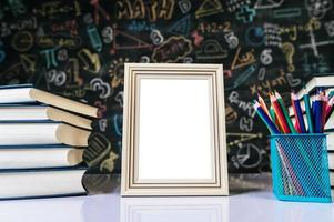 witte fotolijst, boek en kleurpotloden in de klas foto