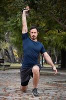 een mannelijke atleet die 's ochtends op straat traint foto