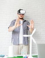 ingenieur of ontwerper met behulp van vr-bril visualiseren foto