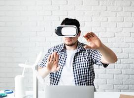 ingenieur of ontwerper die een vr-bril gebruikt die een energieproject visualiseert; foto