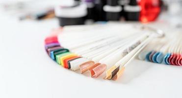 kleurrijke plastic nageltips op tafel in manicuresalon foto