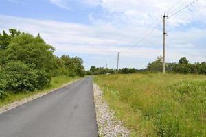 lege asfaltweg op het platteland op gekleurde achtergrond foto