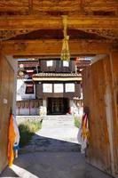 houten deur in tibetaanse arou da tempel in qinghai china. foto