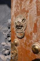 traditionele deur leeuwenring in tulou tempel van beishan berg, china. foto
