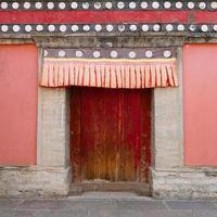houten deurmuur in kumbum-klooster, ta'er-tempel in xining-china. foto