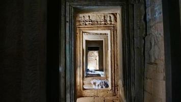 stenen deur in bayon-tempel in angkor wat complex, siem reap cambodja foto