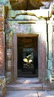 stenen ruïne deur bij ta prohm tempel oogst cambodja. foto