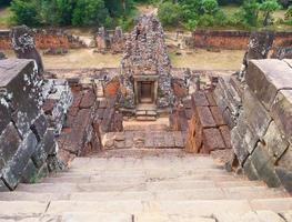 stenen ladder bij de boeddhistische khmer-ruïne van pre rup, siem reap cambodja. foto