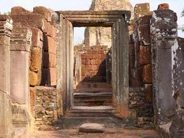 stenen deur bij de khmer-ruïne van pre rup, siem reap cambodja. foto