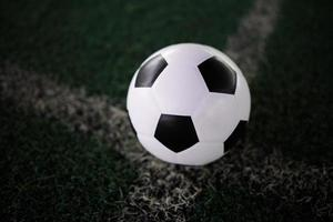 voetbal op de witte lijn in het stadion foto