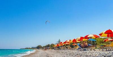 rhodos, griekenland 2018- windsurfvakantie met turquoise water op het strand van ialyssos in rhodos, griekenland foto