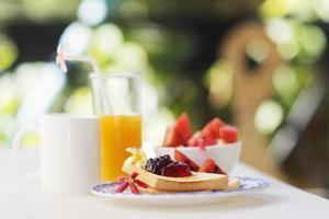 jam toast sap fruit en koffie set foto