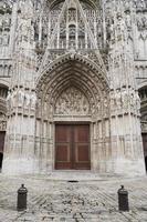 deur naar de kathedraal van Rouen in Noord-Frankrijk foto