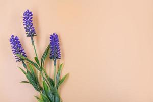 kunstmatige bloemboeket decoratie, kopieer ruimte achtergrond foto