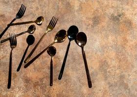 zilveren lepel en zilveren vork aan restauranttafel foto