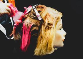 haar verven, kapsels op dummy hoofd van kapsalon foto