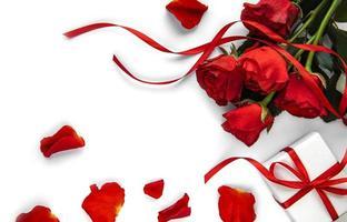 Valentijn geschenkdoos en rode rozen boeket foto