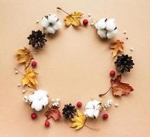 herfstdecoratie met katoenen bloemen en droge bladeren foto