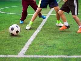 de voetballers concurreren in sporten van de basisschool foto