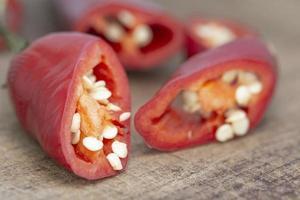 macro shot chili paprika op houten tafel foto