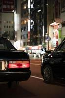 mensen rijden auto's stad straat foto