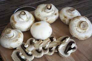 champignons van dichtbij. Champignonpaddestoelen liggen op foto