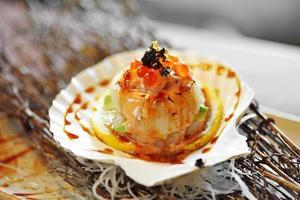 close-up Japanse coquille gegrilde en zoete saus in zonlicht foto