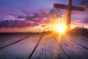 houten kruis als zonsondergang met mooie lucht foto