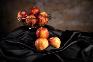 samenstelling van rode appels en zwart satijn foto
