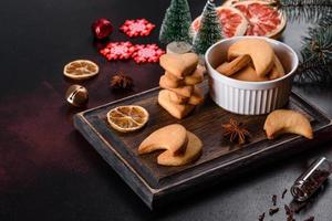 kerstframe met dennentakken, peperkoekkoekjes foto