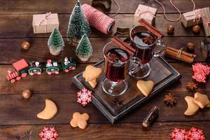 Kerst glühwein met kruiden en fruit op een donkere tafel. foto
