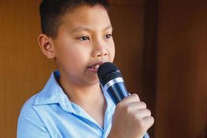 jongens met microfoon leren zingen foto