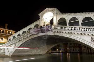 nachtzicht op de rialtobrug in venetië italië foto
