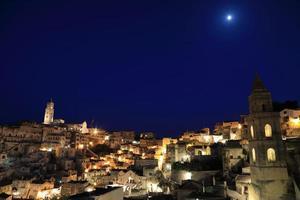 nachtzicht van matera italië, werelderfgoed foto