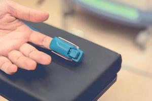 cardiale vingerpolsslagmeter voor het controleren van de hartslagoutput om te controleren foto