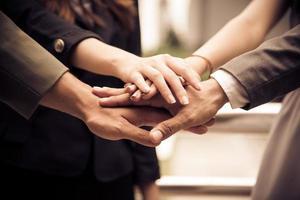 zakenmensen handen assembleren corporate in vergadering en teamwork foto