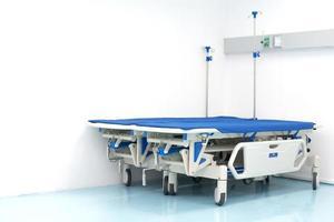twee ziekenhuisbed op de hoek van de kamer. ziekenhuis en eerste hulp foto
