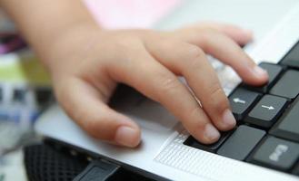kind leert online en speelt thuis een spel op de computer. foto