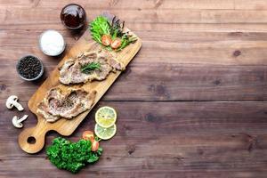 gegrilde biefstuk op houten snijplank foto