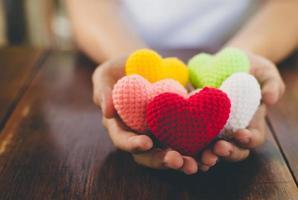 gemengde kleuren garen hart op handen geven foto