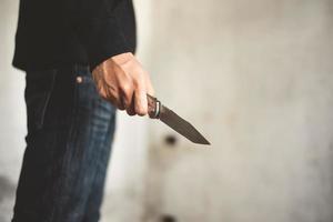 close-up van man met mes in verlaten huis foto