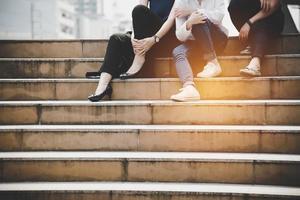 close-up onderbenen van vrouwen vriendschap zitten en praten foto