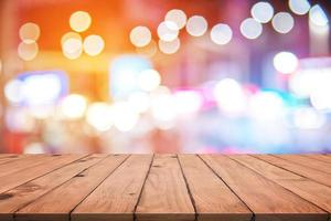lege houten tafel met kleurrijke abstracte bokeh foto