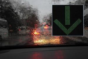 kleurrijke verkeerswaarschuwings- en begeleidingsborden gemaakt met led-verlichting. foto