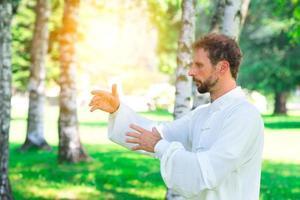een instructeur beoefent tai chi chuan in het park. foto